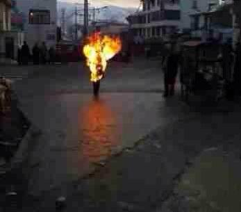 自焚勇士洛桑多杰在阿坝县城自焚抗议中共