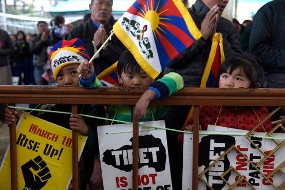 西藏自由抗暴五十八週年紀念集會上手持西藏国旗标语的藏人儿童