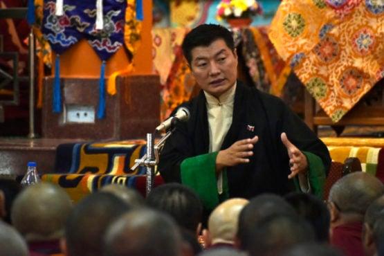 司政洛桑森格在色拉寺大乘法苑内向来自西藏境内的藏人发表讲话   照片/Tenzin Phende/DIIR