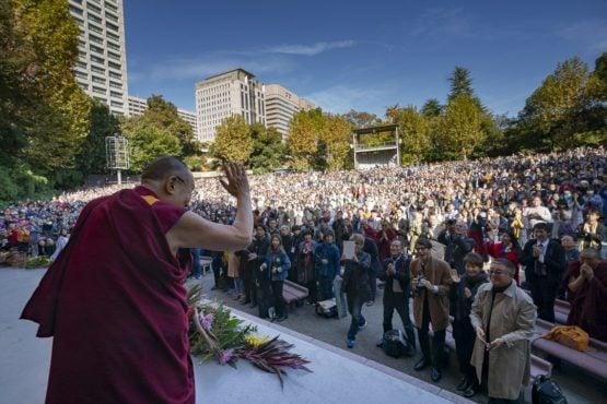 达赖喇嘛尊者在日本东京日比谷露天音乐厅向数千民众挥手致意 2018年11月17日 照片/Tenzin Choejor/OHHDL