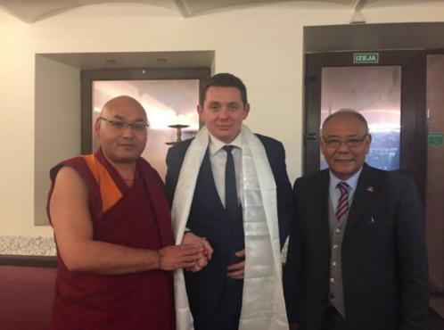 西藏人民议会议长堪布索朗丹培在驻英国伦敦办事处代表的陪同下会见了拉脱维亚国会议员阿图斯·凯米什先生 照片/驻伦敦办事处