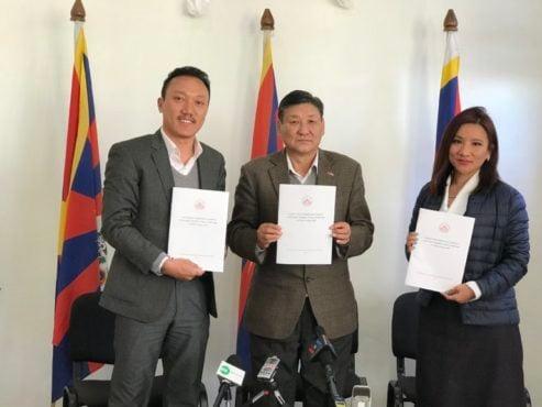 藏人行政中央外交与新闻部外交处秘书长达波·索南诺布,新闻处秘书长夏尔琳·达珍,以及西藏政策研究学会生态环境研究员藏拉·丹巴坚赞共同发布回应文件 2018年12月31日 照片/Pasang Dhundup/ DIIR