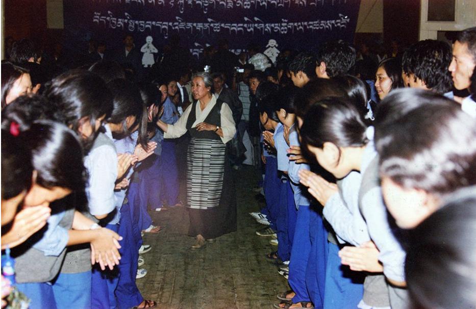 2000年初西藏儿童村初中部的学生在迎接阿玛·吉尊白玛 照片/ Sonam Tsering /Tibet Documentation